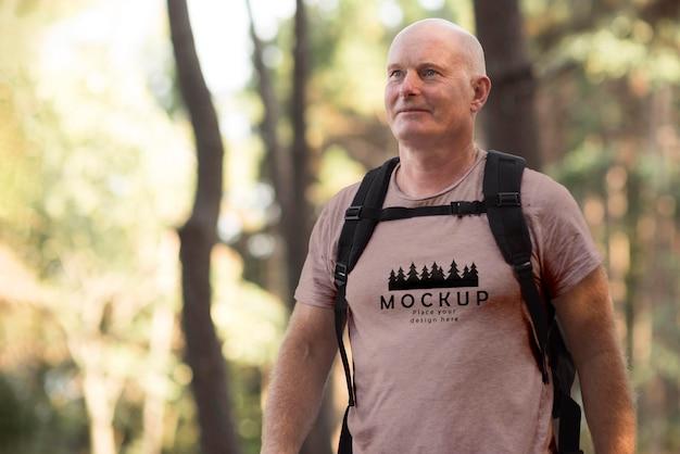 Пожилой мужчина в кемпинге с футболкой-макетом Бесплатные Psd