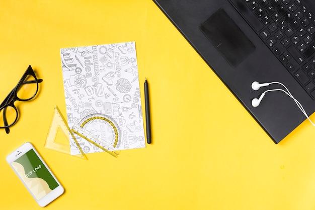 ワークスペースと紙のシート上の電子ノートパソコン 無料 Psd
