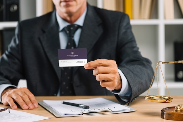 Elegant businessman presenting business card mocku Free Psd
