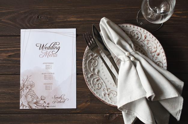 Элегантный праздничный обеденный стол с праздничной сервировкой и макетом карты Premium Psd