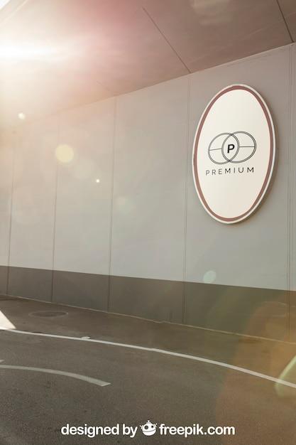 Элегантный макет знака рядом с дорогой Premium Psd