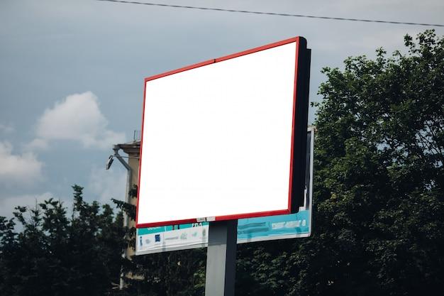 Tabellone per le affissioni vuoto in città Psd Gratuite