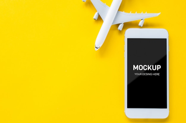 Empty screen smartphone and decorative airplane, template for app presentation. summer travel planning. Premium Psd