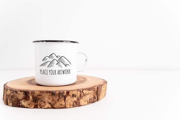 Enamel white mug on rustic wooden cut board mockup. boho style Premium Psd