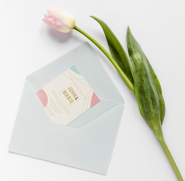 Жирная кладка свадебной открытки с конвертом и тюльпаном Бесплатные Psd