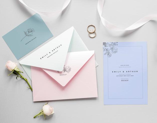 Fat laici della partecipazione di nozze con buste e rose Psd Gratuite