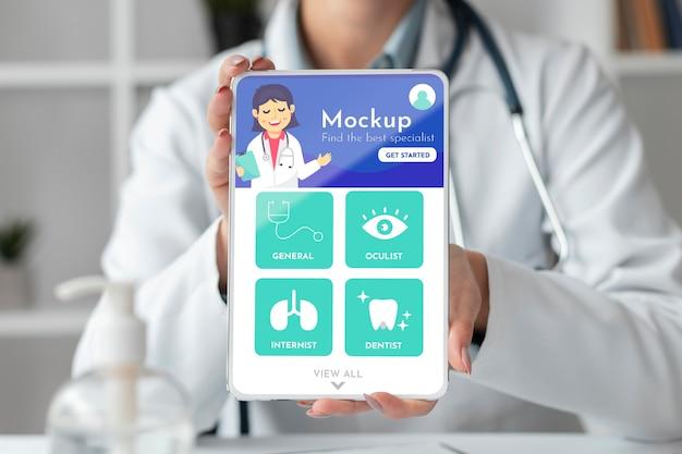 Dottoressa che lavora su un tablet mock-up Psd Gratuite