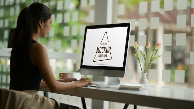 Female fashion designer working with mock up computer Premium Psd