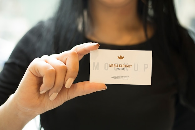 Female girl hand holding business card mockup psd Premium Psd