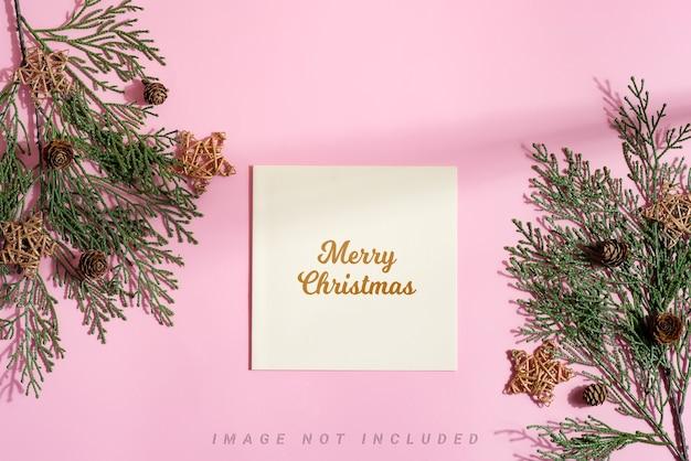 モミの小枝と星が付いたお祝いのクリスマスモックアップカード。 Premium Psd