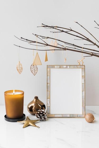 Cornice per foto festiva su un tavolo Psd Gratuite