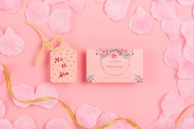 꽃잎으로 둘러싸인 15 생일 초대장 무료 PSD 파일