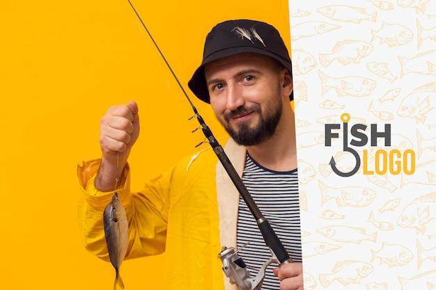 魚を持ってレインコートの漁師 無料 Psd