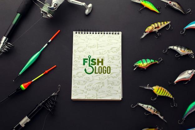 釣りアクセサリーの餌とメモ帳のモックアップ 無料 Psd