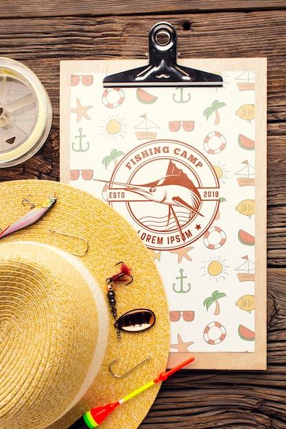 釣りアクセサリーモックアップと夏の帽子 無料 Psd