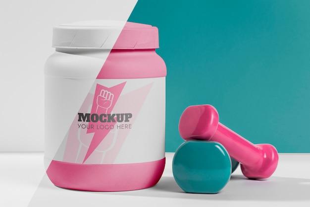 Pesi di mock-up fitness e segno di fulmine sulla bottiglia di proteine Psd Gratuite