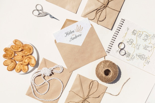 Flat lay arrangement of brown paper envelopes and wedding rings Free Psd