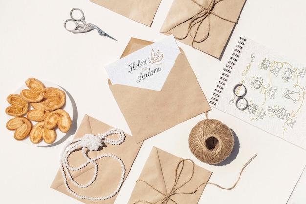 Плоская планировка коричневых бумажных конвертов и обручальных колец Бесплатные Psd