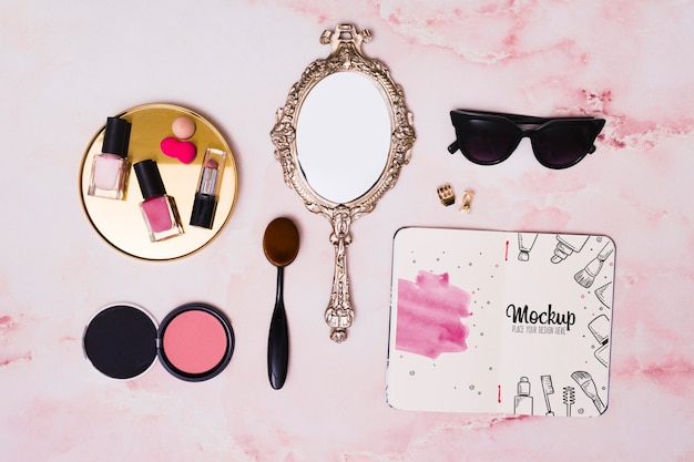 Плоский набор макияжа и макет зеркала Premium Psd