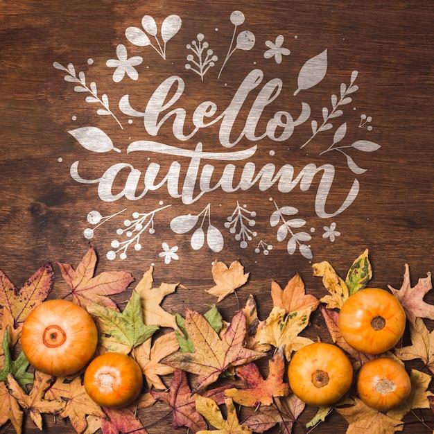 Плоские лежали осенние листья на деревянном фоне Бесплатные Psd
