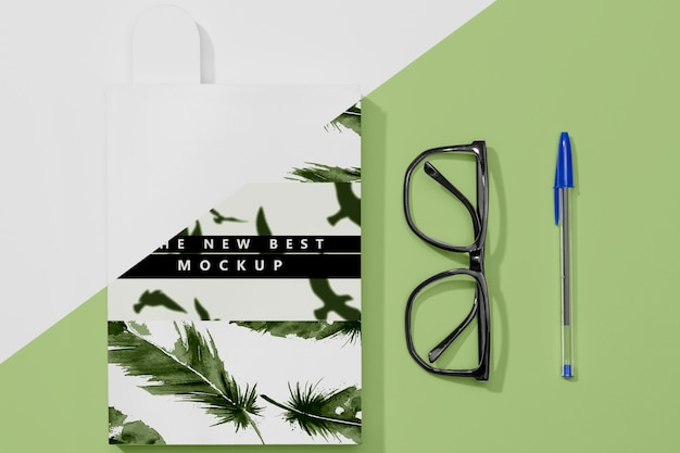 Flat lay book mock-up with glasses and pen Free Psd