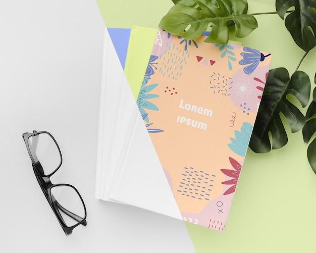 평평한 책과 안경 배치 무료 PSD 파일