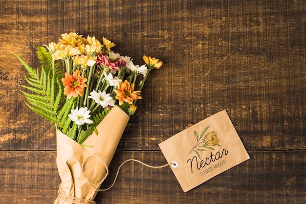 モックアップタグ付きフラットレイアウトの花束 無料 Psd