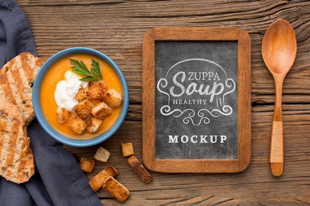 Piatto di laici ciotola di zuppa di verdure con lavagna Psd Gratuite