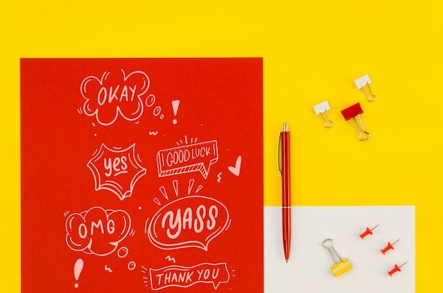 Composizione piatta laica con carta mock-up su sfondo giallo Psd Gratuite