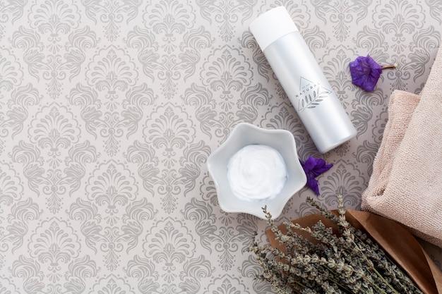 Flat lay of cream on plain background mock-up Free Psd