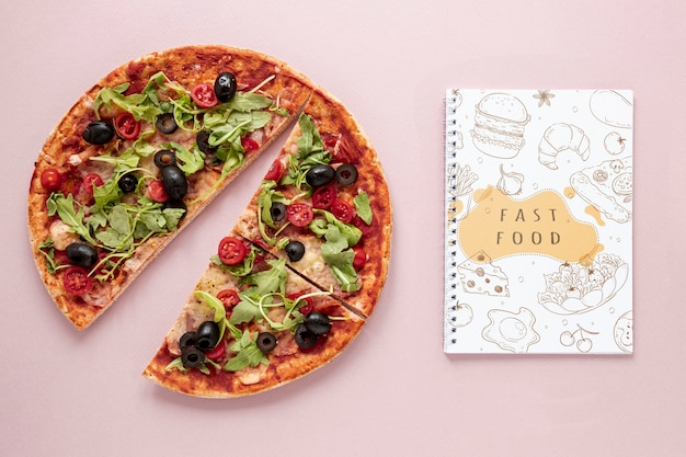 Flat lay of delicious pizza on plain background mock-up Free Psd
