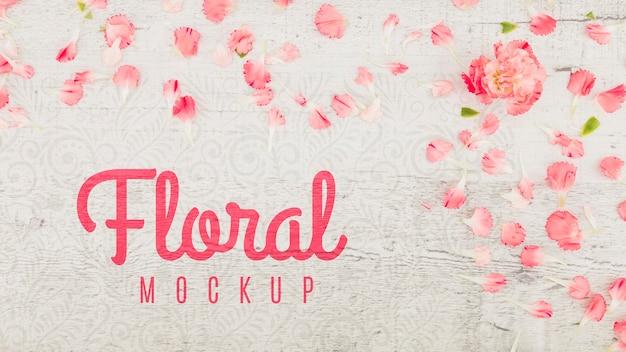 バラの花びらと花のフラットレイアウトモックアップ Premium Psd