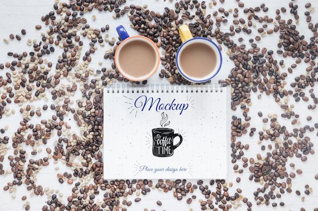 Плоские кружки с кофе и кофейными зернами Бесплатные Psd