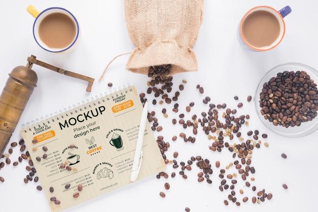 커피와 그라인더로 채워진 평평한 머그컵 무료 PSD 파일