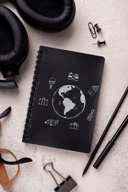 Flat lay notebook mock-up and pen near with glasses and headphones Free Psd