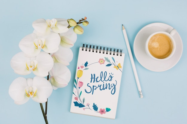 Flat lay notepad mockup with spring concept Free Psd
