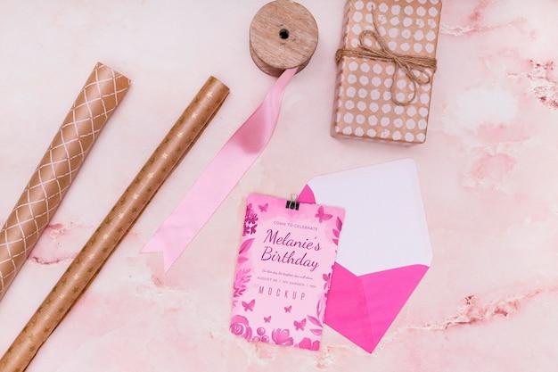 カードと封筒で誕生日プレゼントのモックアップのフラットレイ Premium Psd
