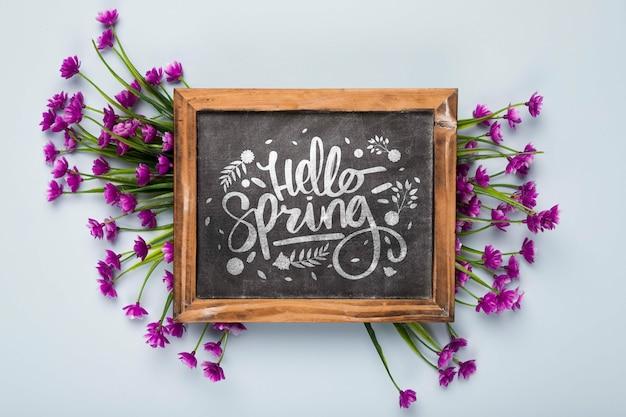 花と黒板のフラットレイアウト 無料 Psd