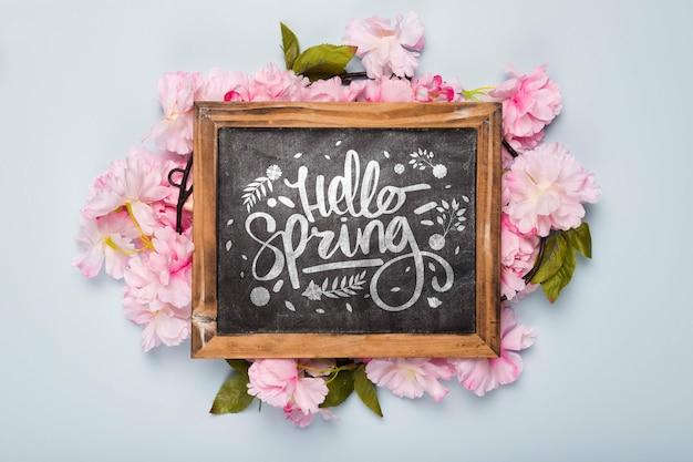 春の花と黒板のフラットレイアウト 無料 Psd