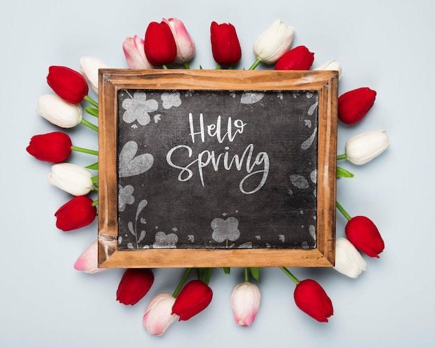 春のチューリップと黒板のフラットレイアウト 無料 Psd