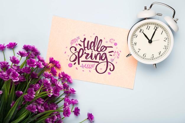 時計と花を持つカードのフラットレイアウト 無料 Psd