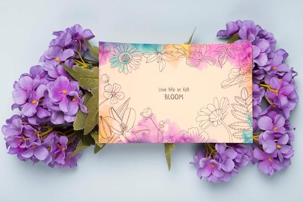 春の花とカードのフラットレイアウト 無料 Psd