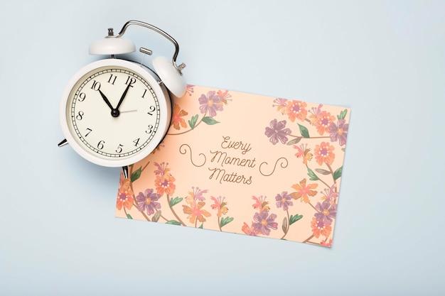 春の時計と花カードのフラットレイアウト 無料 Psd
