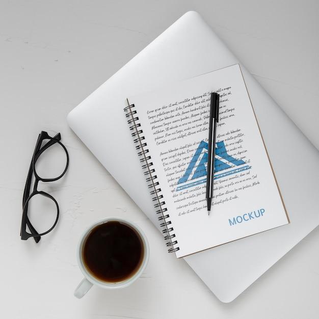 Плоская поверхность стола с ноутбуком и кофе Бесплатные Psd