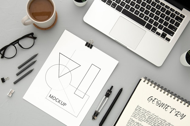 Плоская поверхность стола с ноутбуком и компасом Бесплатные Psd
