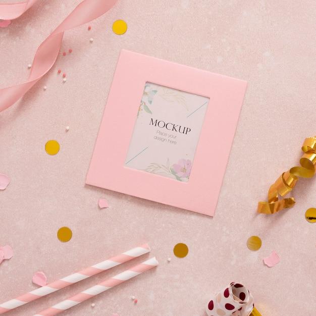 Плоская планировка элегантной поздравительной открытки с соломкой и лентой Бесплатные Psd