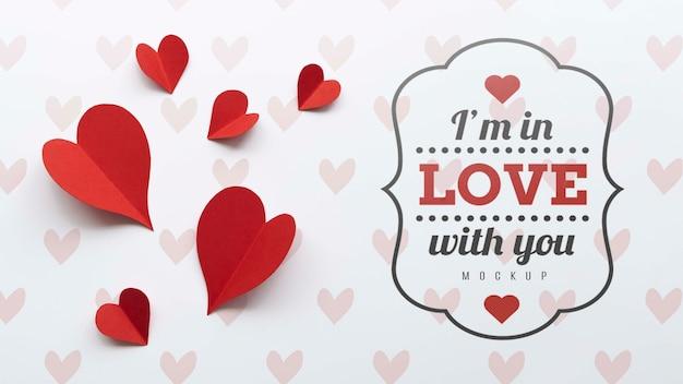 Плоская кладка бумажных сердец с посланием любви Бесплатные Psd