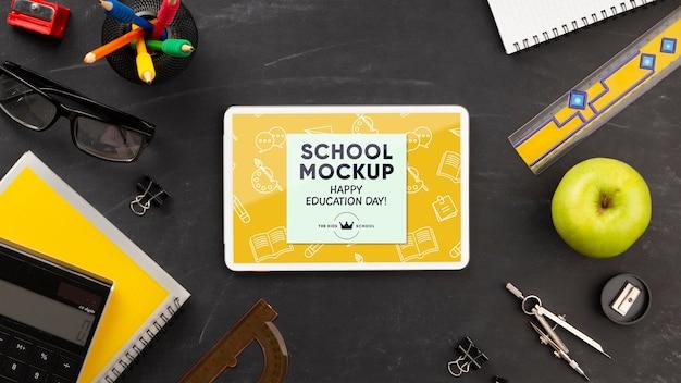 Плоский планшет со школьными принадлежностями на день образования Бесплатные Psd