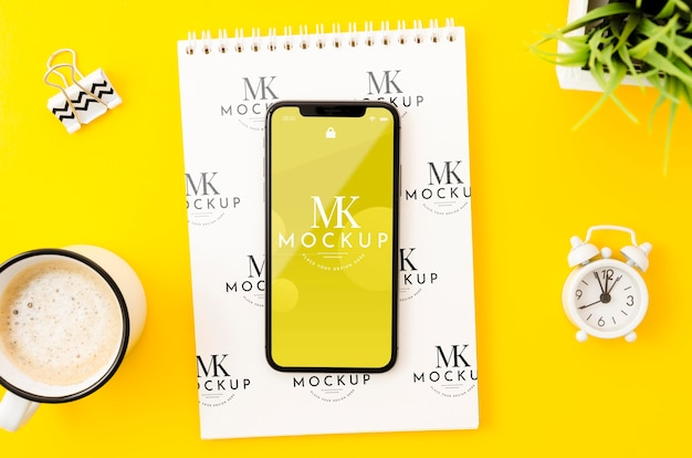 Flat lay phone mock-up on clipboard Free Psd