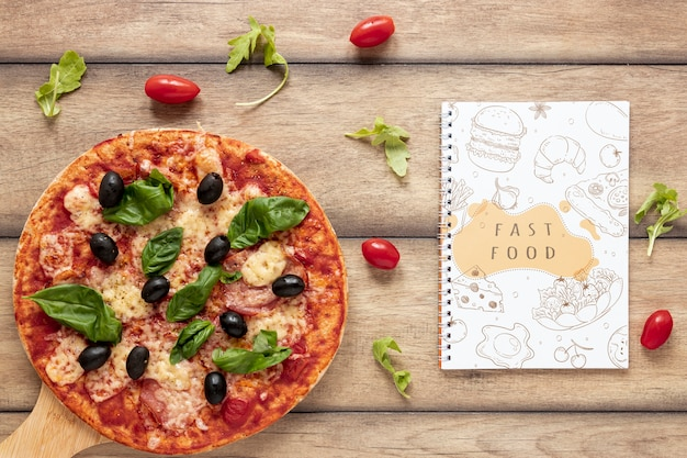 Flat lay of pizza on wooden background Free Psd